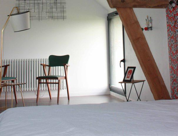 chambre bakelit avec un espace de lecture